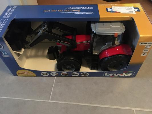 Lelu Traktori Massey Ferguson 7624 etukuormaajalla (1:16), Bruder